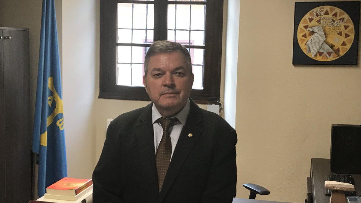 Xosé Antón: «Los asturianos tenemos qu'enfotanos más en nós mesmos»