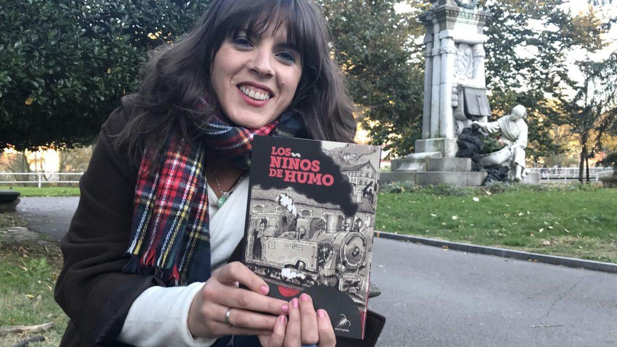 Aitana Castaño, la escritora que pintó sus obras de negro carbón.
